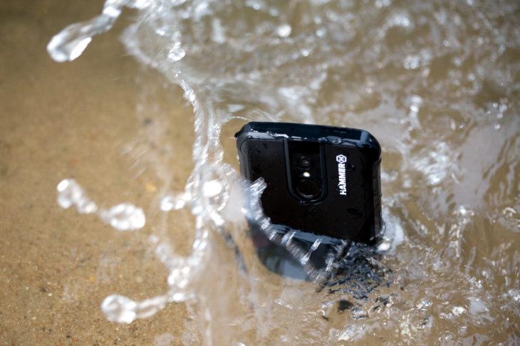 Wytrzymały smartfon powinien być wodoodporny