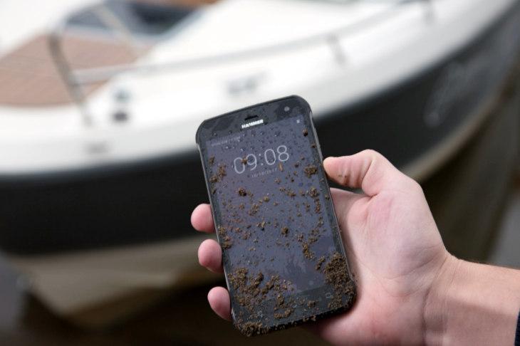 Pancerny telefon nie musi drylować w każdym parametrze
